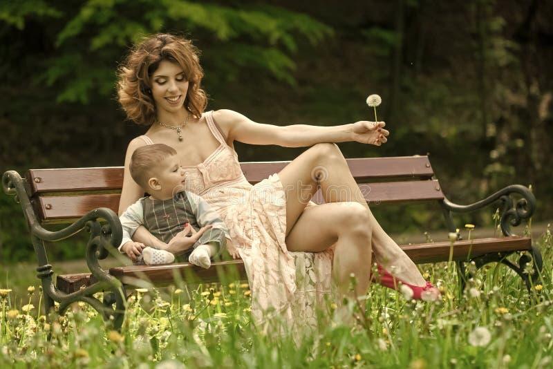 Мама и ее ребенок отдыхают в парке День матерей и концепция детства стоковое изображение rf