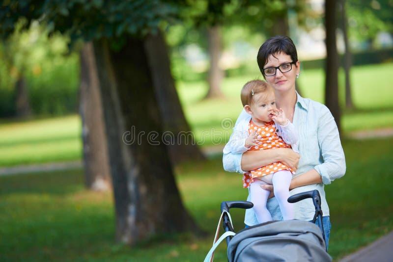 Мама и младенец в природе стоковая фотография