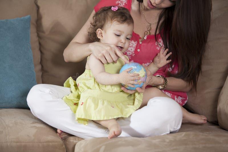 Мама и младенец имея потеху стоковые изображения