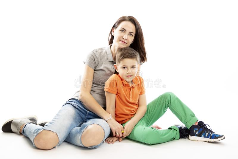 Мама и объятие и улыбка сына o стоковое фото