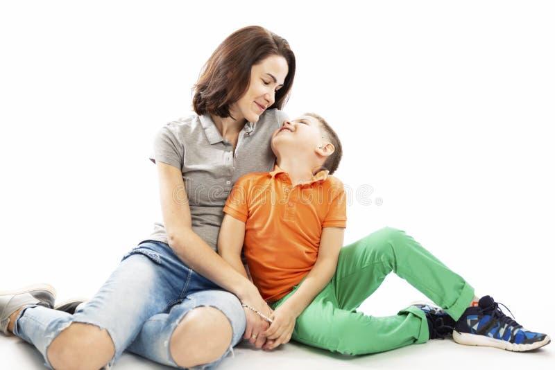 Мама и объятие и улыбка сына o стоковое фото rf