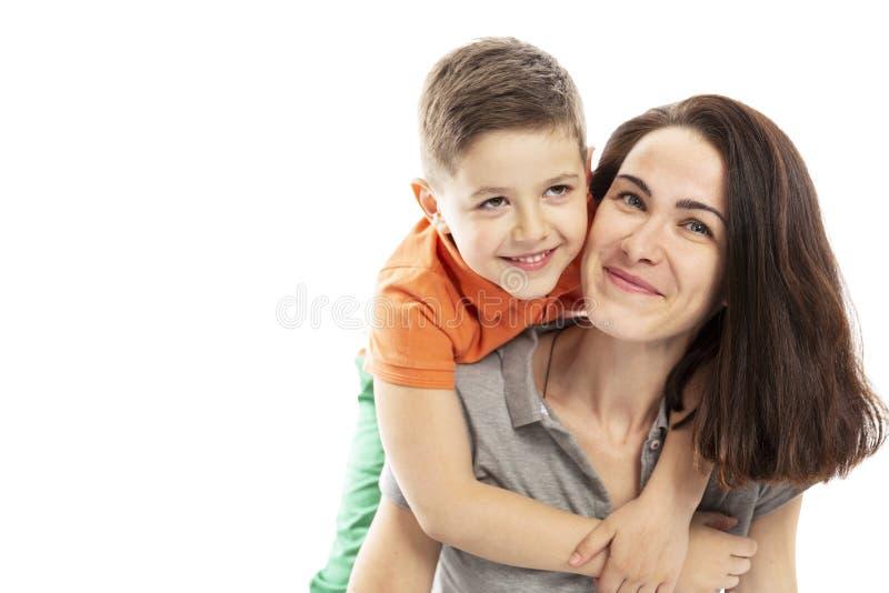 Мама и объятие и улыбка сына o стоковая фотография