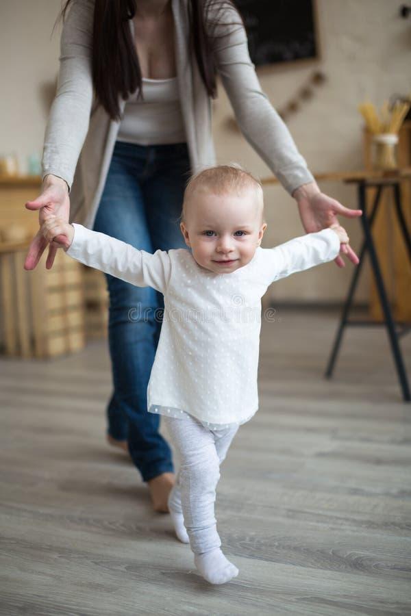 Мама и дочь имея потеху играя совместно, первый шаг малыша стоковые фотографии rf