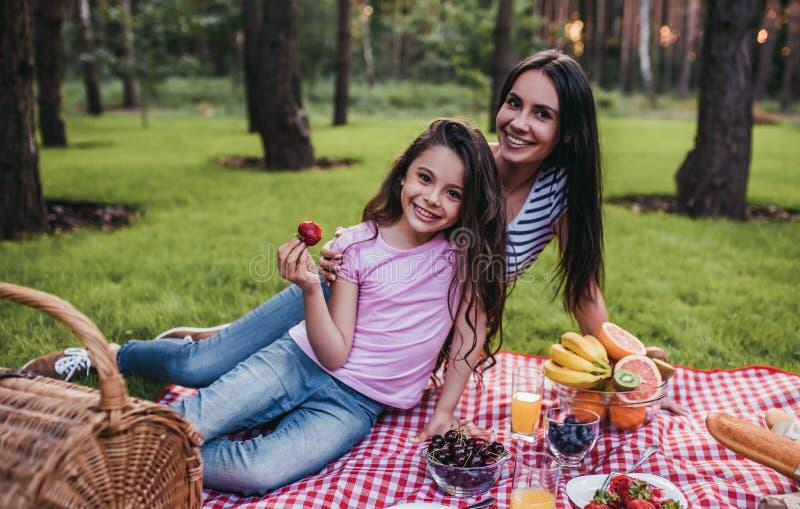 Мама и дочь на пикнике стоковые изображения rf