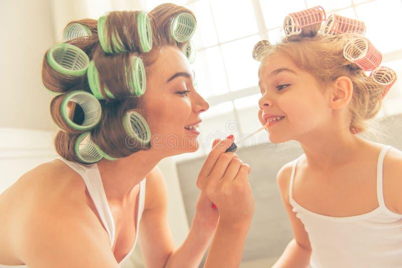 Мама и дочь дома стоковое фото rf