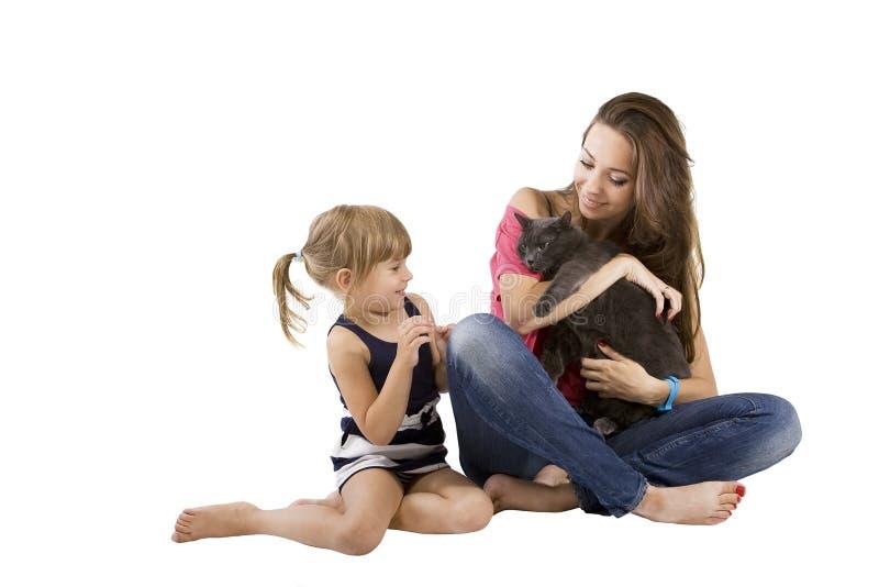 Мама и дочь с котом стоковые фотографии rf