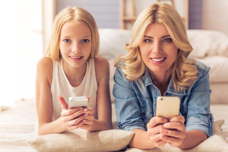 Мама и дочь стоковые изображения
