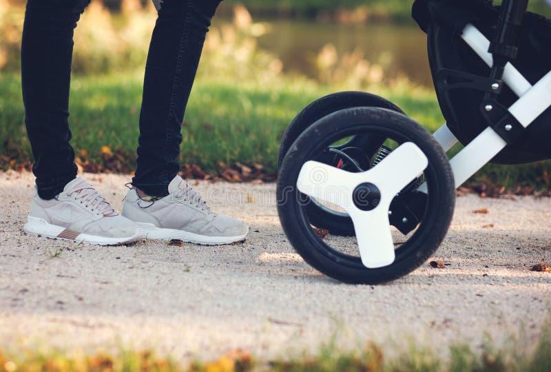 Мама и прогулочная коляска стоковая фотография rf