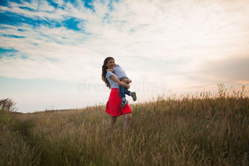 Мама и сын в поле лета стоковые фото