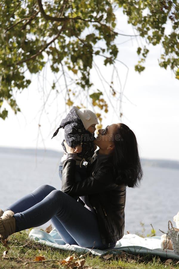 Мама и сын имеют потеху на береге голубого моря стоковые изображения rf