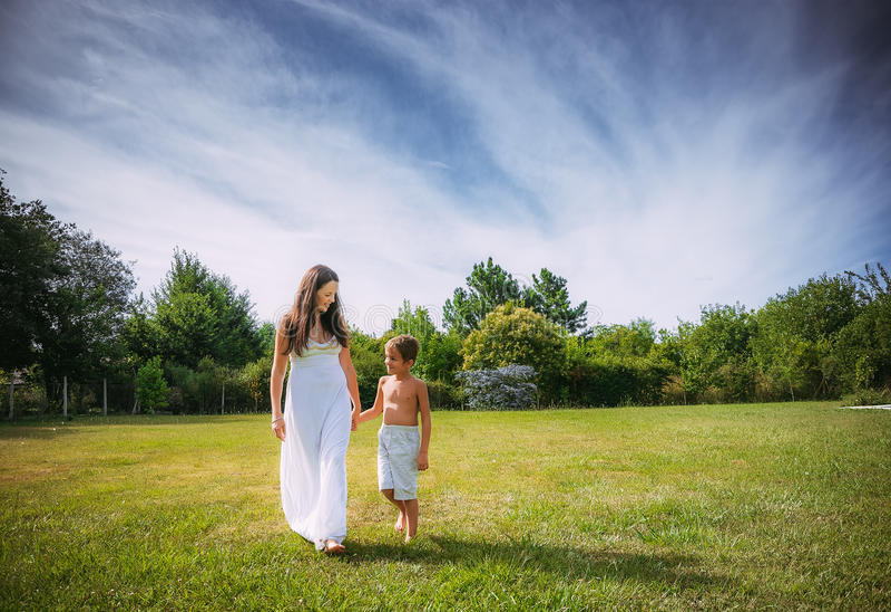 Мама и сын на природе стоковое фото