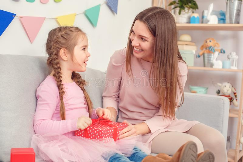 Мама концепции торжества матери и дочери совместно дома сидя делая подарок для дочери стоковое фото