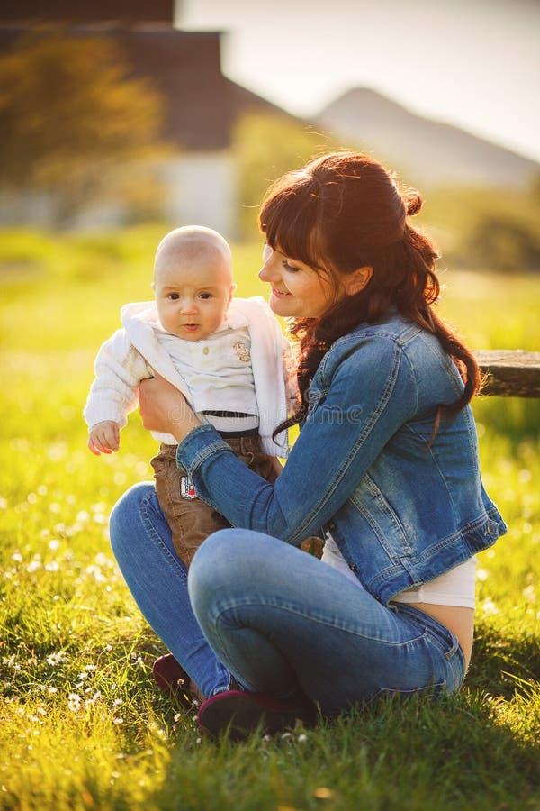 Мама красоты и ее ребенок играя в парке стоковое фото