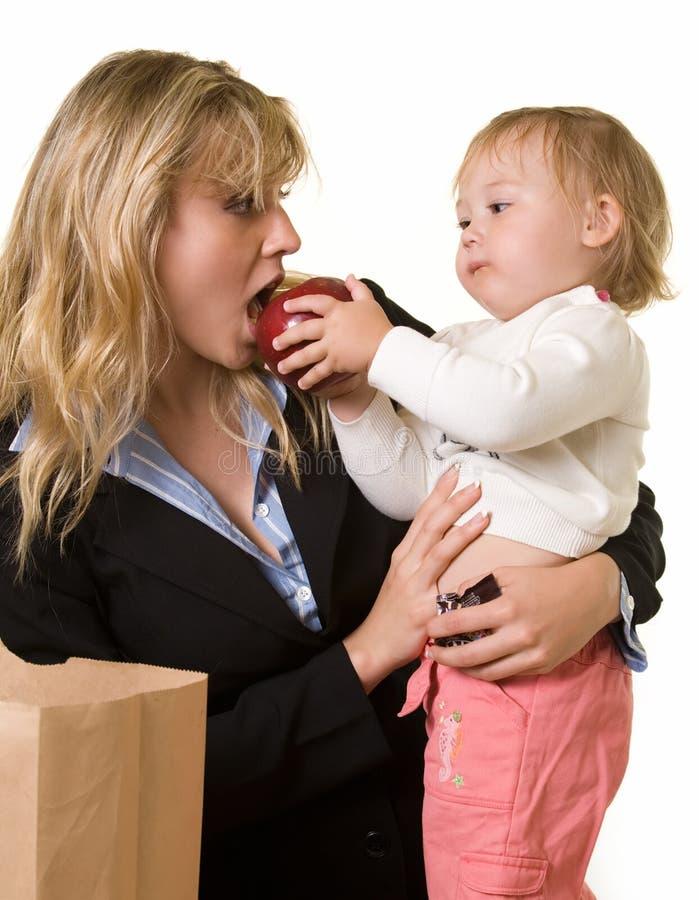 мама младенца подавая стоковые изображения rf