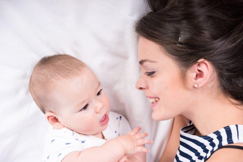 мама младенца стоковая фотография