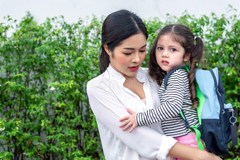 Мама нося ее дочь перед идти обучить Концепция любов и daycare Счастливая семья и домашняя сладкая домашняя тема Подоприте к стоковое изображение
