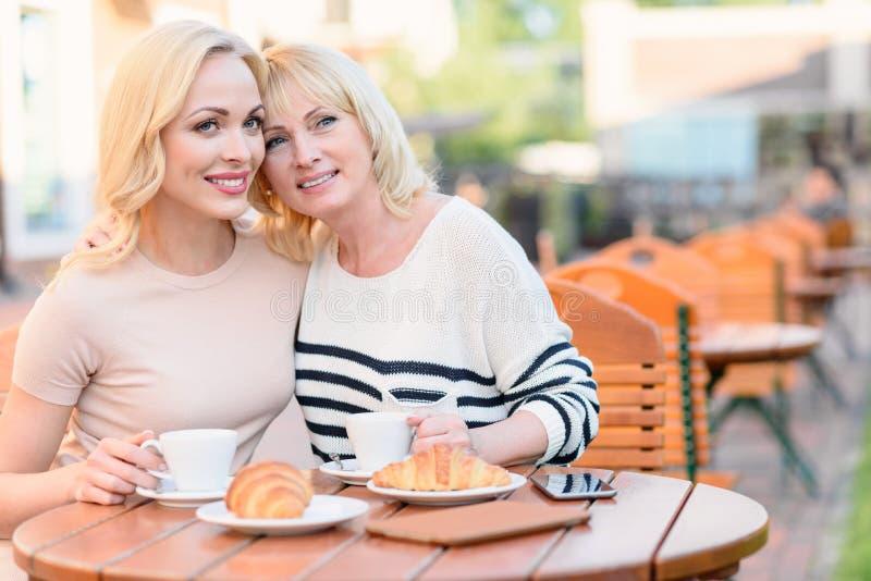 Мама обнимая ее отродье с влюбленностью стоковые фотографии rf