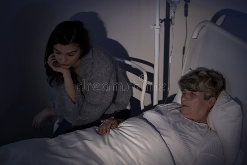 Мама оставаясь в хосписе стоковые изображения