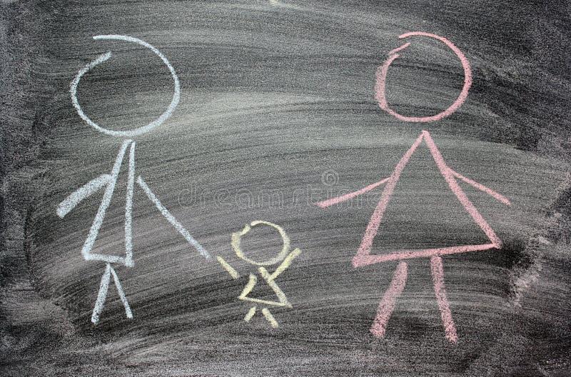 Мама, папа и ребенок нарисованные в меле на черном шифере как символ любов семьи стоковое изображение