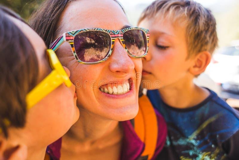Мама поцелуя детей стоковое фото rf