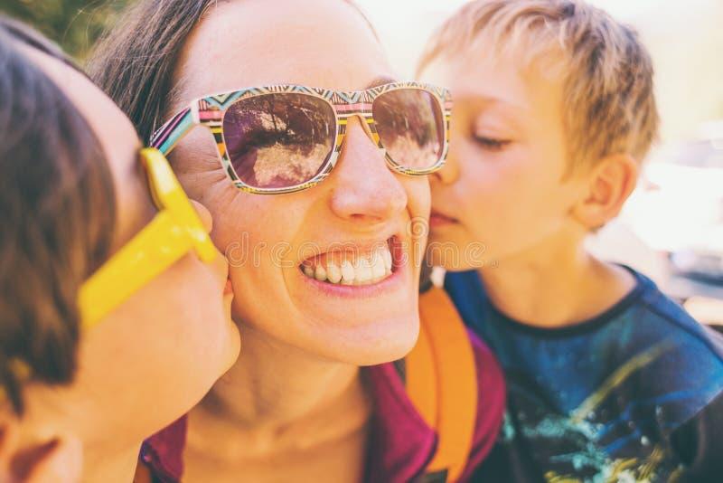 Мама поцелуя детей стоковые фото