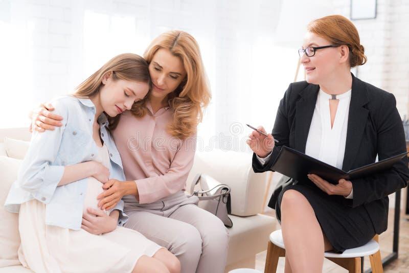 Мама с беременным девочка-подростком на приеме ` s психолога стоковые фото