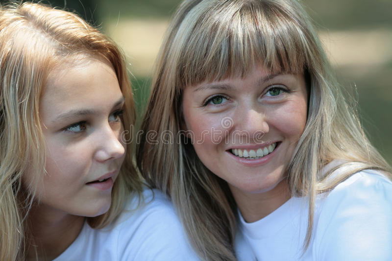 Download Мама с дочерью стоковое изображение. изображение насчитывающей волосы - 33727525