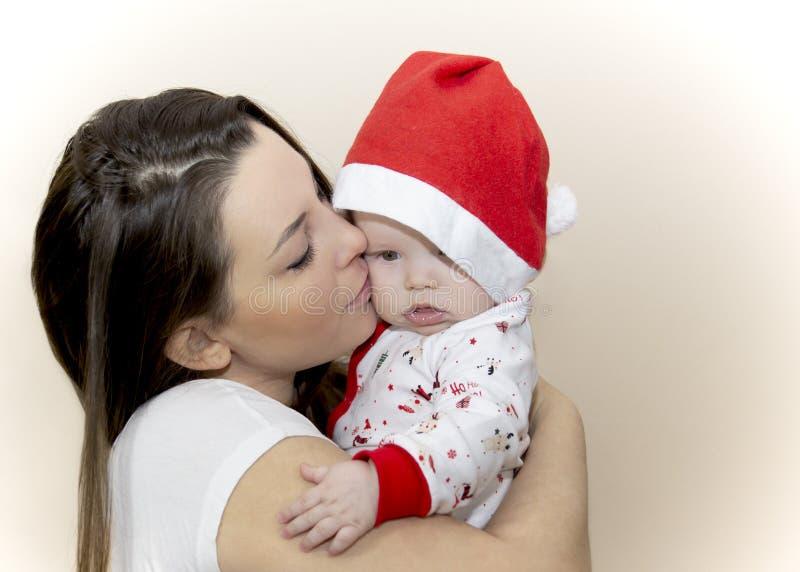 Мама целует маленькое Санта стоковое фото rf