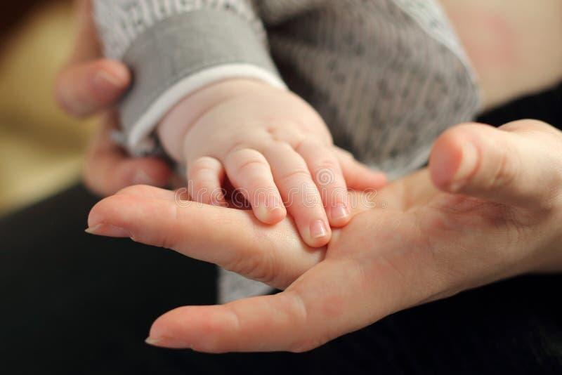 Мама и ребенок рука в руке фото