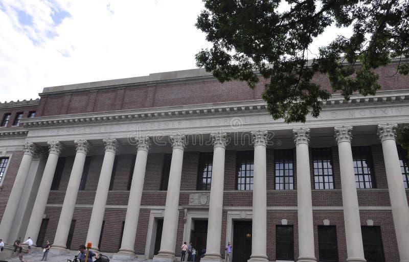 МАМЫ Кембриджа, 30-ое июня: Библиотека Widener от кампуса Гарварда в положении Кембриджа Massachusettes США стоковое изображение