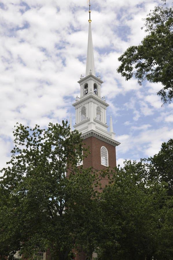 МАМЫ Кембриджа, 30-ое июня: Мемориальная башня церков от кампуса Гарварда в положении Кембриджа Massachusettes США стоковая фотография rf