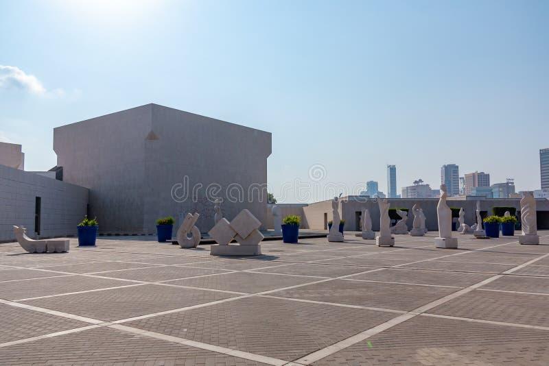 МАНАМА, Бахрейн - 19-ое декабря 2018: квадрат перед входом к Национальному музею Бахрейна стоковое фото