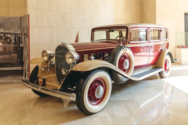 МАНАМА, БАХРЕЙН - 19-ОЕ ДЕКАБРЯ 2018: ретро buick автомобиля шейхом Isa в Национальном музее Бахрейна стоковое фото rf