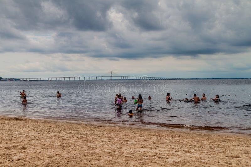 МАНАУС, БРАЗИЛИЯ - 25-ОЕ ИЮЛЯ 2015: Люди на beac da Ponta Negra Прая стоковые изображения