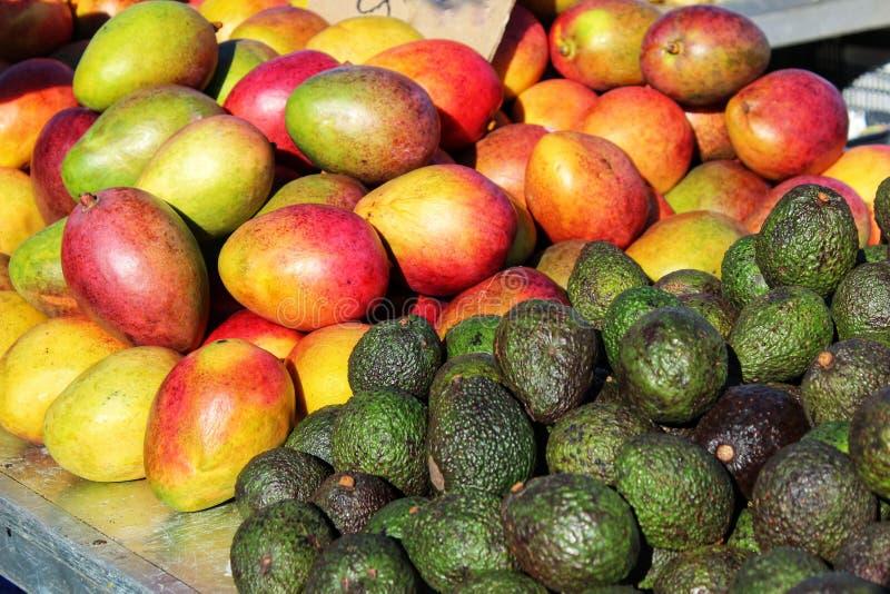 Манго и авокадоы на стойле рынка стоковая фотография rf