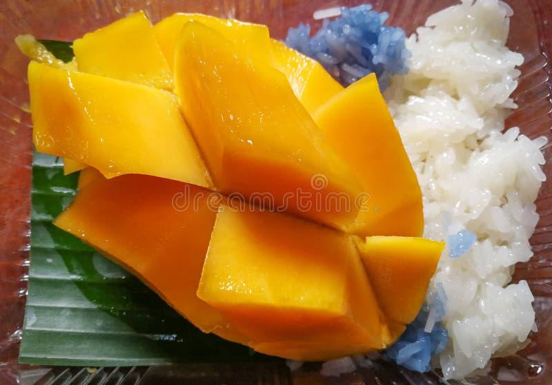 Манго и липкий рис стоковая фотография rf