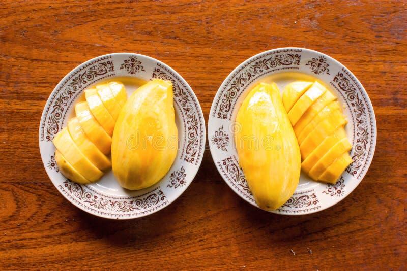 Манго сулоя на тарелках стоковые изображения
