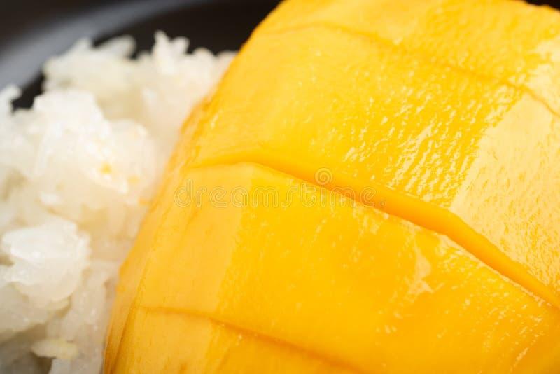 Манго с липким рисом на белой предпосылке стоковая фотография rf