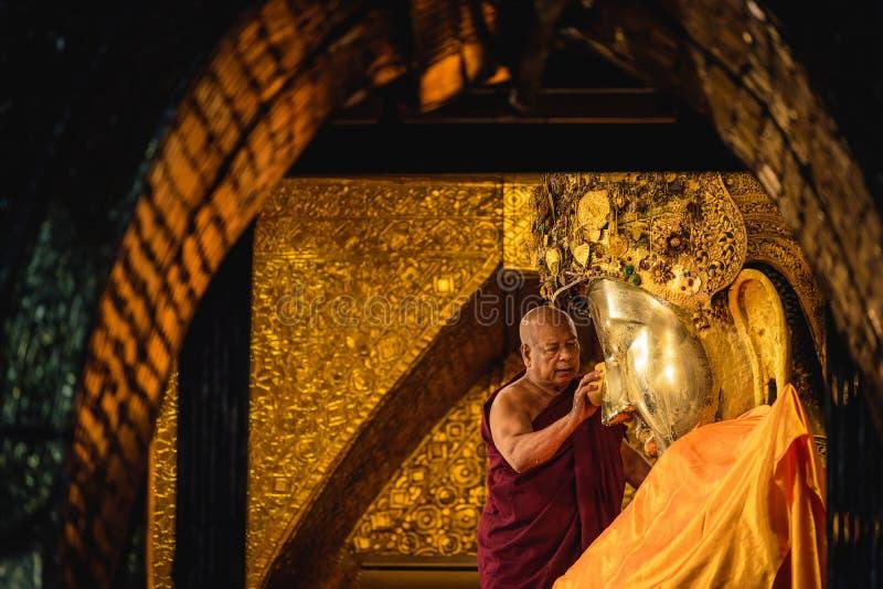 МАНДАЛАЙ, МЬЯНМА - 11-ОЕ ДЕКАБРЯ 2017: Старшее мытье монаха fac стоковая фотография rf