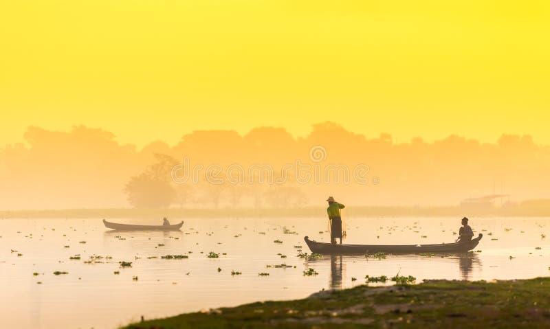 МАНДАЛАЙ - 19-ОЕ ФЕВРАЛЯ: Сеть хода рыболова для заразительных рыб в Tau стоковые изображения