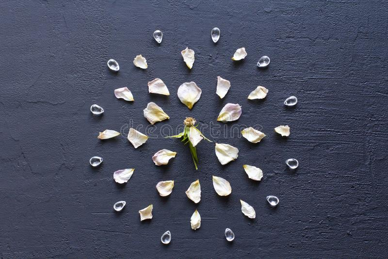 Мандала цветка на черной темной предпосылке r r Камни подняли кварц, утес стоковая фотография rf