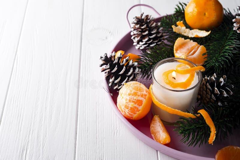 Мандарины рождества с освещенной свечой стоковые изображения rf