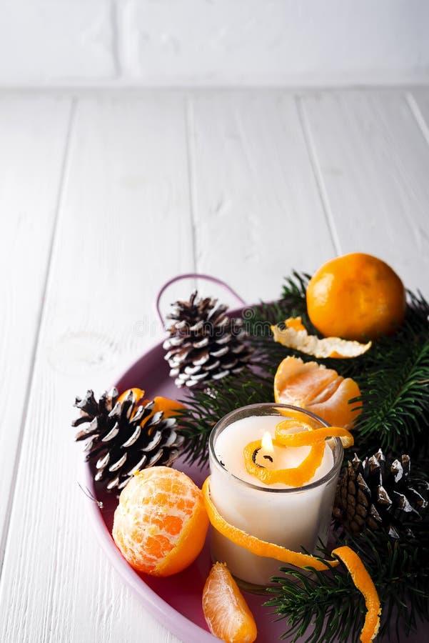 Мандарины рождества с освещенной свечой стоковые фото