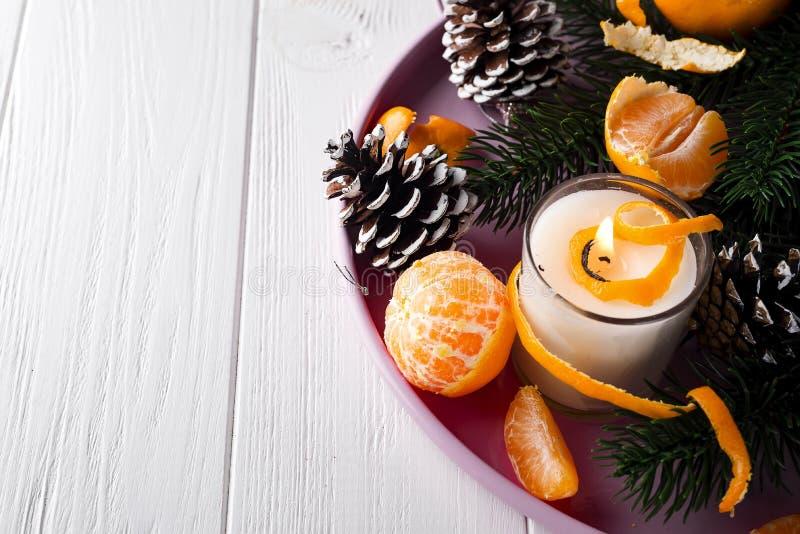 Мандарины рождества с освещенной свечой стоковая фотография rf