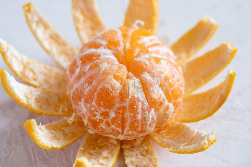 Мандарин конца-вверх оранжевый свежий, который слезли на белой предпосылке стоковые изображения