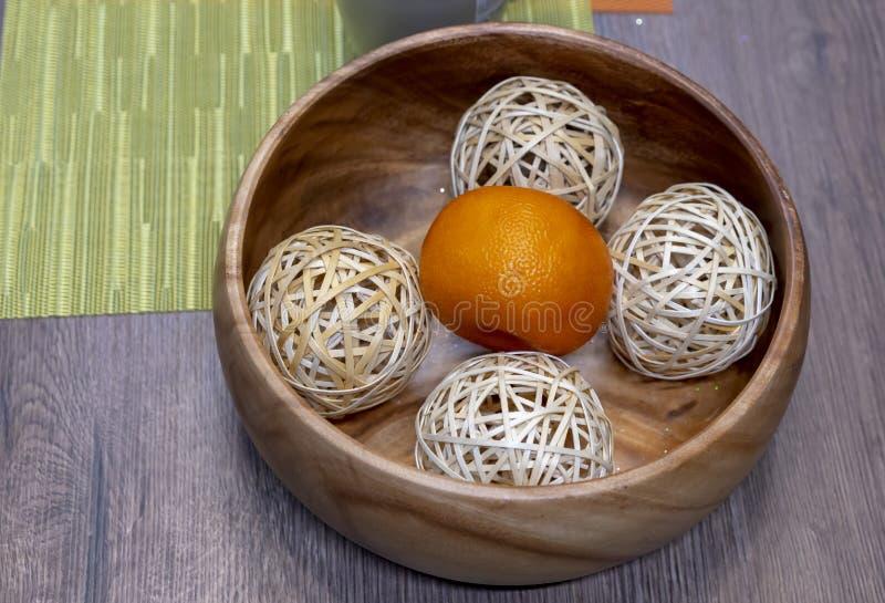 Мандарин с шариками в деревянном блюде стоковые фотографии rf