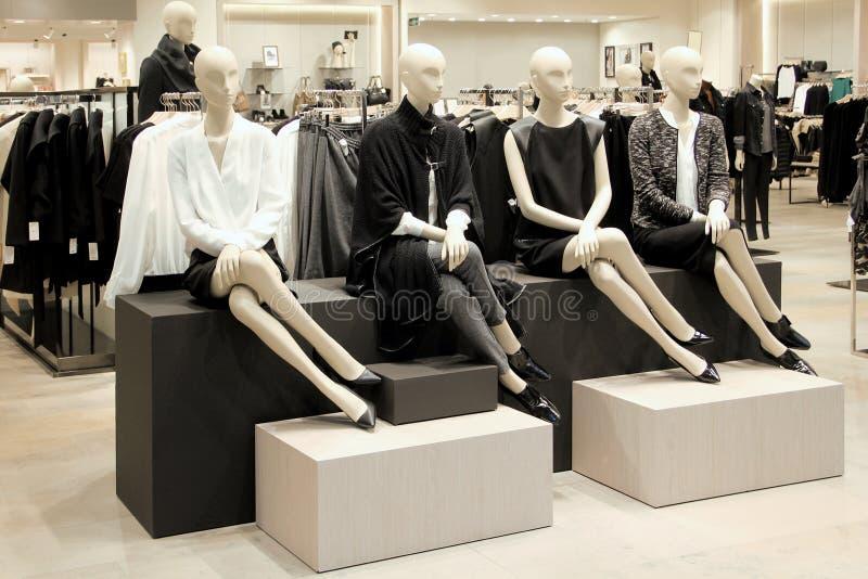 Манекены в магазине одежды стоковое фото rf