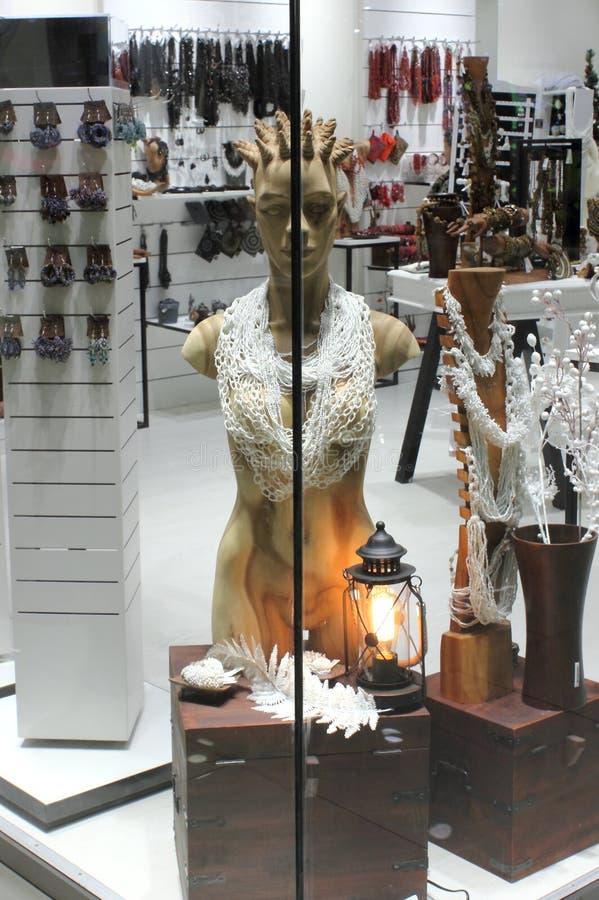 Манекены в окне бутика стоковое изображение rf