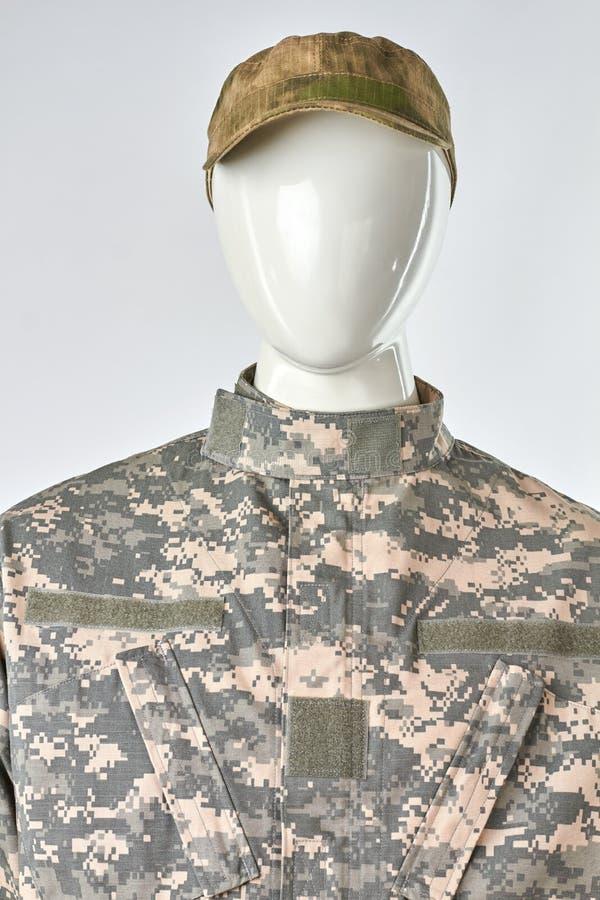 Манекен в военной форме с крышкой, вид спереди стоковое изображение