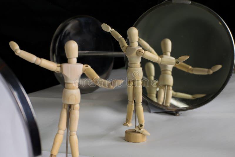 Манекен в пластиковом представлении перед зеркалом стоковые изображения rf